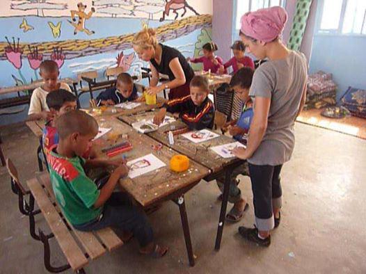 Perrine et Laura préparent avec les écoliers les fournitures pour les activités éducatives