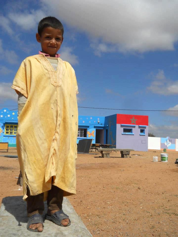 Un écolier devant l'école rénovée par l'association Les jeunes d'Atlas de Taroudant en partenariat avec Backup Rural