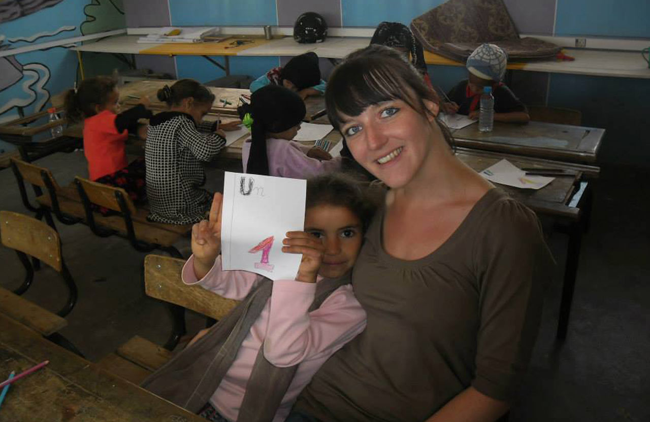 Sarah, bénévole auprès des enfants de l'école