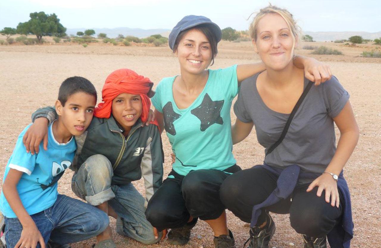 Laura et Perrine avec 2 écoliers