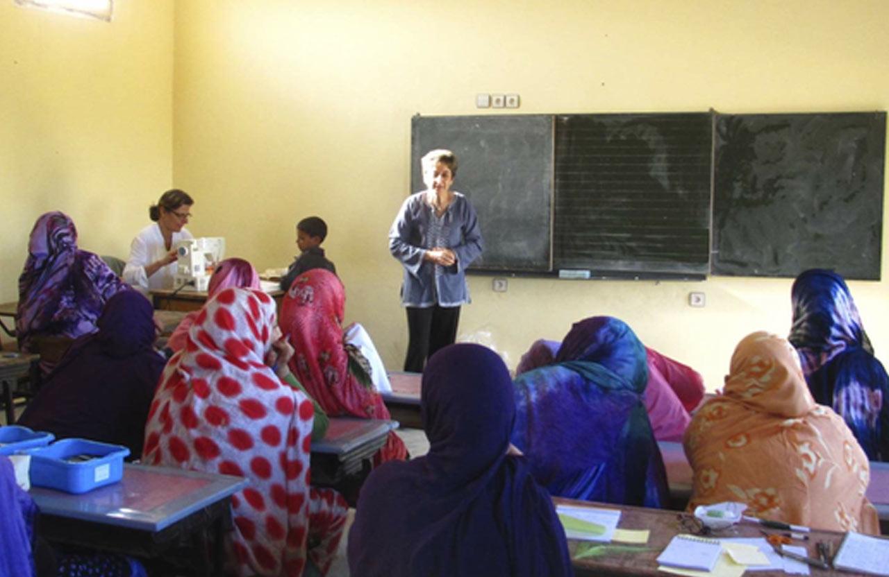 Sabine, bénévole française et retraitée, donnant des cours d'alphabétisations au femmes en milieu rural