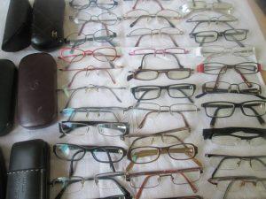 distribution de lunettes au personnes dans le besoin