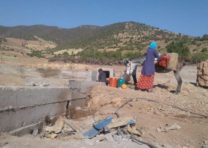 Les habitants du village utilisent des jerricanes pour transporter l'eau potable jusqu'à leur habitation