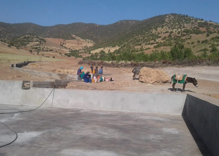 Les habitants de Tagoulemt puisent l'eau quotidiennement dans les sources disponibles