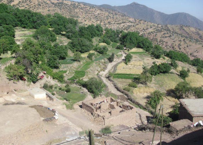 En contrebas, le puits aménagé par l'association locale en 2018