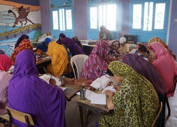 Les femmes sont formées à la broderie
