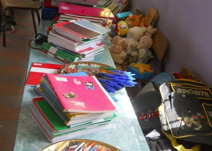 Les fournitures scolaires sont récoltées grâce à nos partenaires, l'association Kitwi et l'école primaire de Chatou.