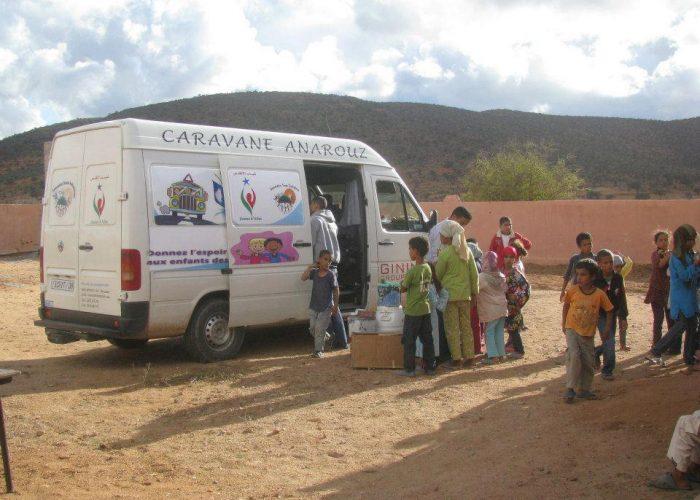 L'association les Jeunes de l'Atlas apporte les fournitures jusqu'aux écoles.