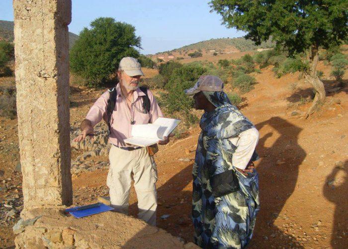 L'hydrogéologue évalue la situation de l'accès à l'eau dans le village.