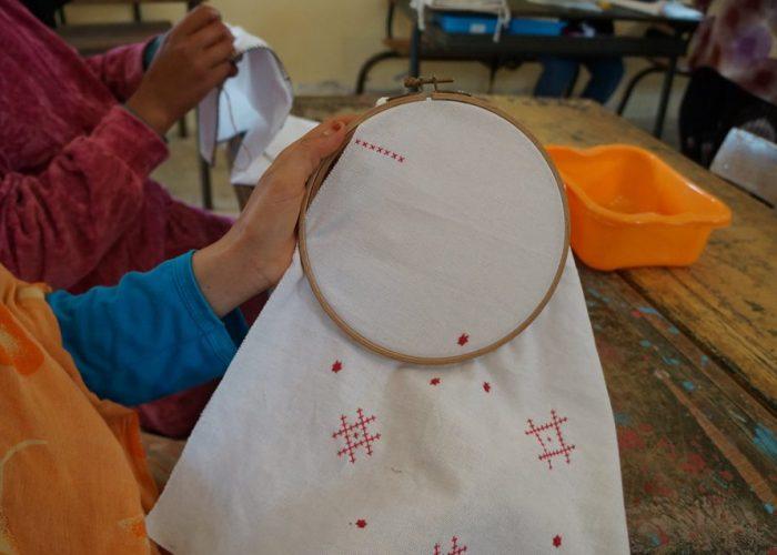 Des modèles de sacs sont réalisés et les points de croix sont assimilés par les femmes